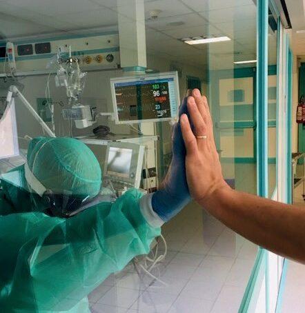 Medici cattolici: come alleviare la solitudine del paziente nei Centri COVID